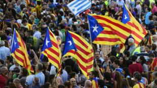 """Le gouvernement espagnol a promis de """"prendre le contrôle"""" de la Catalogne si la région ne renonçait pas à déclarer son indépendance."""