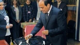 عبد الفتاح السيسي وهو يدلي بصوته خلال الانتخابات الرئاسية في 26 آذار/مارس 2018