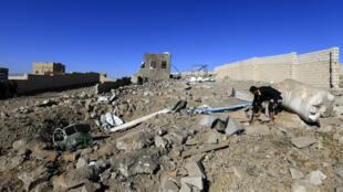 Un Yéménite constate les dégâts provoqués par des frappes aériennes à Sanaa, le 1erfévrier2019.