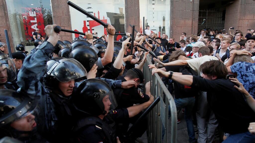 La policía se enfrenta a los manifestantes el sábado 27 de julio, en el que se pidió que los candidatos de la oposición se pudieran registrar para las elecciones a la Duma de la ciudad de Moscú.