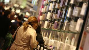 Les perturbateurs endocriniens sont présents dans de nombreux produits du quotidien, comme les cosmétiques.