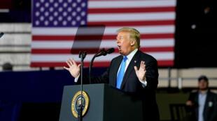 """El presidente de Estados Unidos, Donald Trump, habla durante un mitin de """"Make America Great Again"""", en Richmond, Kentucky, el 13 de octubre de 2018."""