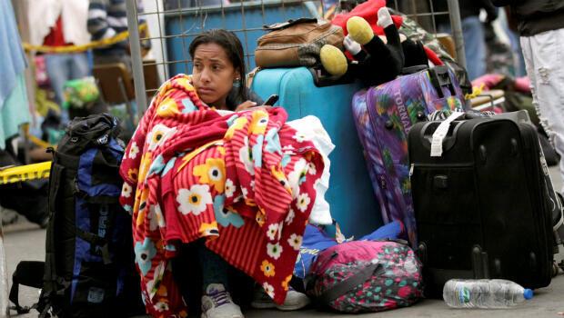 Una migrante venezolana espera para registrar su entrada a Ecuador en el Puente Internacional de Rumichaca en Tulcán, Ecuador, el 19 de agosto de 2018.