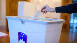 Un bulletin placé dans une urne, lors du référendum sur le mariage homosexuel, dimanche 20 décembre.