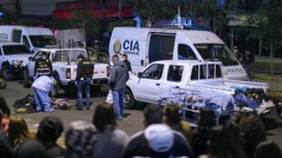 Los cuerpos de las víctimas que murieron asfixiadas en una estampida desatada en una discoteca, son retirados de la vía pública, el 23 de agosto de 2020 fuera de la disco donde tuvo lugar la explosión en Lima