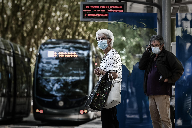 Des usagers du tramway bordelais, portant le masque pour se prémunir contre le Covid-19.