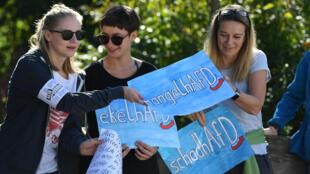 Manifestantes sostienen pancartas en contra del partido AfD, que buscará alcanzar un número importante de escaños en el Parlamento de Baviera, en el sur de Alemania.
