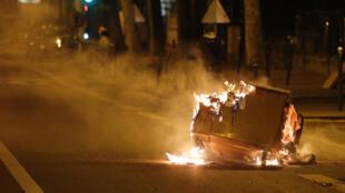 Une poubelle brûlée à Villeneuve-la-Garenne, en banlieue parisienne, le 21 avril 2020.