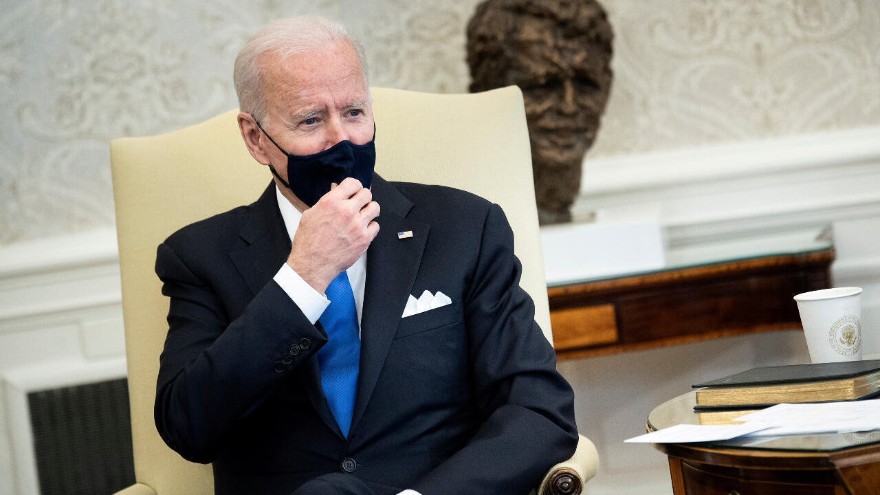 El presidente Joe Biden habla con la prensa antes de una reunión bipartidista sobre la legislación en la lucha contra el cáncer en la Oficina Oval de la Casa Blanca en Washington D. C., Estados Unidos. 3 de marzo de 2021.