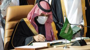 صورة موزعة من الديوان الملكي السعودي يظهر فيها ولي العهد السعودي محمد بن سلمان يوقع وثيقة خلال قمة مجلس التعاون الخليجي في العلا في السعودية في الخامس من كانون الثاني/يناير 2021