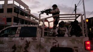 Soldados mexicanos abandonan la escena del crimen donde un hombre fue asesinado por disparos de arma de fuego en el centro de Tijuana, estado de Baja California, México, el 21 de abril de 2019.