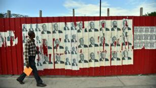 Un Haïtien devant des affiches du candidat du pouvoir, Jovenel Moïse, qui a recueilli 32,76 % des voix au premier tour.