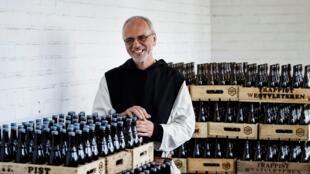 Frère Godfried devant ses caisses  de bières en vente dans la boutique de l'abbaye de Saint-Sixtus à Westvleteren, le 14 mai 2020