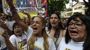 Lilian Tintori (au centre), épouse du leader de l'opposition emprisonné Leopoldo Lopez, lors d'une manifestation à Caracas le 23 juin.