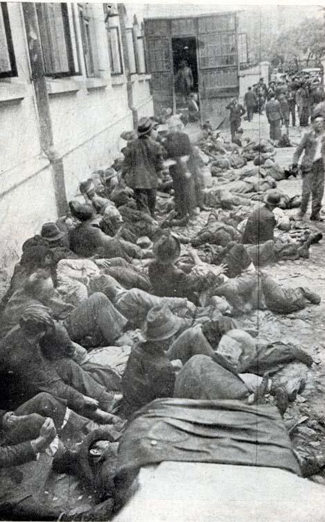 Des Juifs captifs dans la cour de la Questure de Iași le 29 juin 1941.