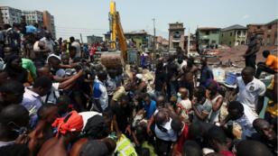 Les services de secours tentent de sortir les écoliers des décombre d'un immeuble effondré à Lagos Island au Nigeria, le 13 mars 2019.