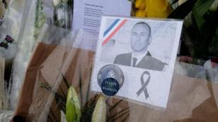 Sur les grilles de la gendarmerie de Carcasonne, des bouquets ont été déposés pour rendre hommage au lieutenant-colonel Arnaud Beltrame.