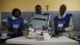 Des membres de la Commission électorale nationale indépendante (Céni) dépouillent les votes à Kinshasa, le 30 décembre 2018.