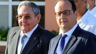 الرئيس الفرنسي فرانسوا هولاند مع نظيره الكوبي راؤول كاسترو