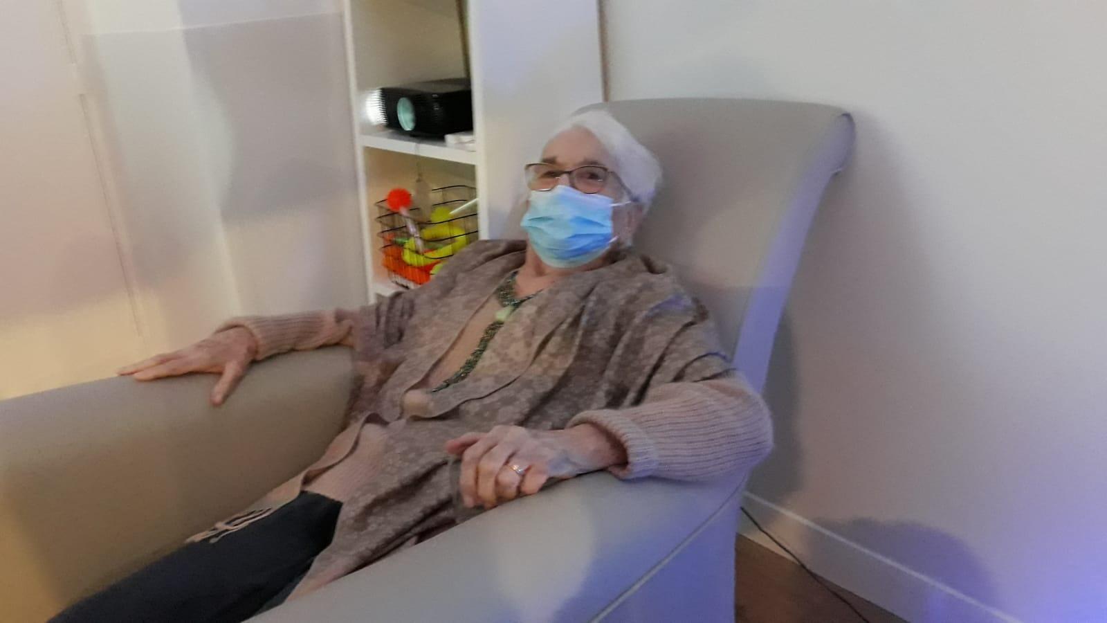 """Isabelle, retraitée de 89 ans : Je me fiche d'avoir leCovidcar ma vie est maintenant derrière moi.""""Je l'aid'ailleursdéjà eu sous une forme asymptomatique.Mais jeveuxme fais vacciner parce que jene veux pas contaminer la jeunesse""""."""