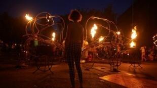 """عرض ناري من تصميم الشركة الفرنسية """"كومباني كارابوس"""" عند مدخل متحف تايت للفنون الحديثة والمعاصرة لإحياء الذكرى الـ 350 لحريق لندن"""