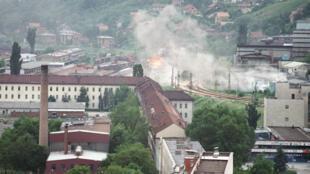 Des maisons touchées par des projectiles dans la banlieue de Sarajevo, le 5 juin 1992.