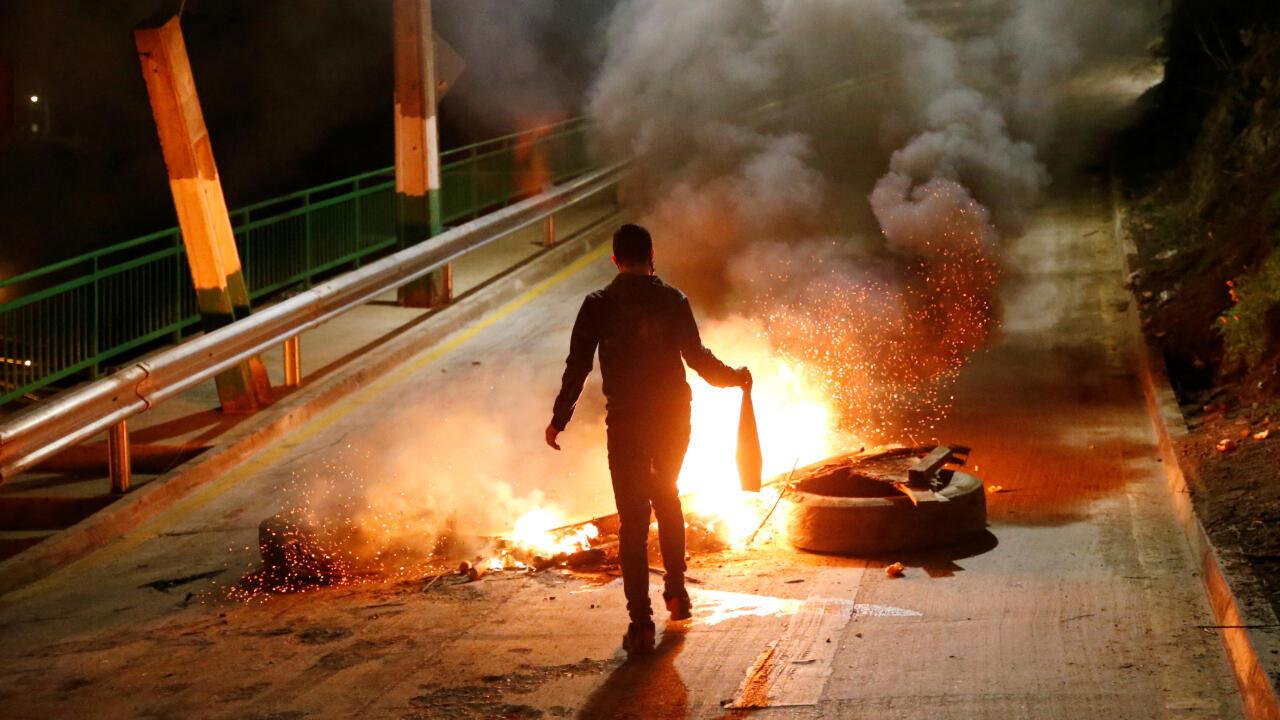 Mientras se debatía en el Senado la reforma a las administradoras de fondos de pensiones, algunos manifestantes quemaban escombros en señal de protesta el 22 de julio de 2020 en Valparaíso, Chile.