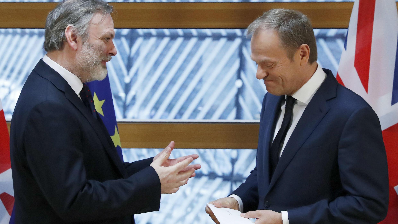 El embajador británico ante la Unión Europea, Tim Barrow, le entrega al presidente del Consejo Europeo Donald Tusk, la carta de aplicación del artículo 50 del Tratado de Lisboa, el 29 de marzo de 2017.