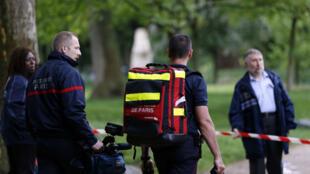 رجال الأطفاء في مدخل حديقة مونسو في 28 أيار/مايو 2016 في باريس