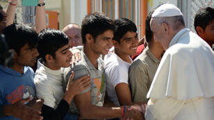 """""""Vous n'êtes pas seul"""", a lancé le pape François aux migrants à Lesbos, le 16 avril."""