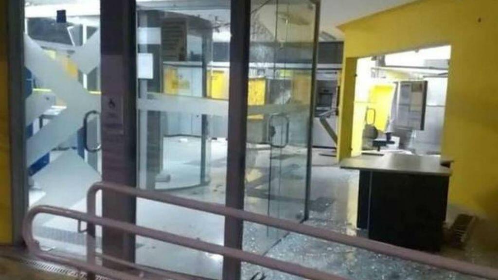 Banco en el que delincuentes explotaron cajeros electrónicos.