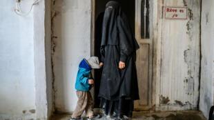 Une prisonnière française qui a fuit le dernier bastion du groupe État Islamique avec son enfant attend dans un camp de réfugiés au nord-est de la Syrie, le 19 février 2019.
