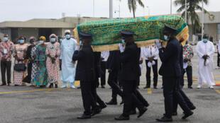 La dépouille du Premier ministre ivoirien, Amadou Gon Coulibaly, est transportée à l'aéroport Félix-Houphouët-Boigny pour un transfert vers sa ville natale de Korhogo, le 15 juillet 2020.