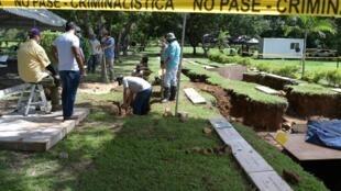 Expertos forenses participan en la exhumación de los restos de la víctimas de la invasión estadounidense a Panamá en 1989, en el cementerio Jardin de Paz en Ciudad de Panamá, el 11 de junio de 2020