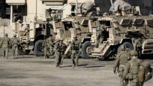 جنود أمريكيون أمام آليات مصفحة في قاعدة عراقية قرب الموصل في 23 ت2/نوفمبر 2016