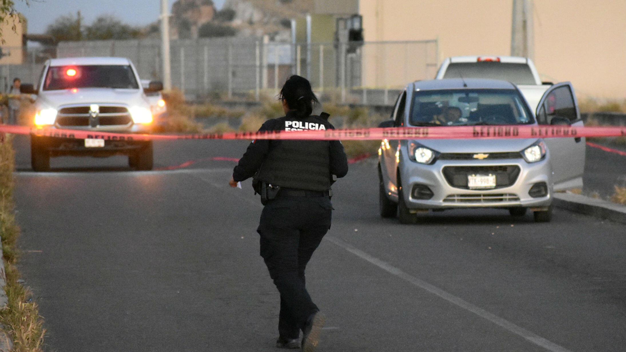 Un oficial de la policía camina en la escena del crimen del locutor mexicano Reynaldo López en Hermosillo, México, el 16 de febrero de 2019.