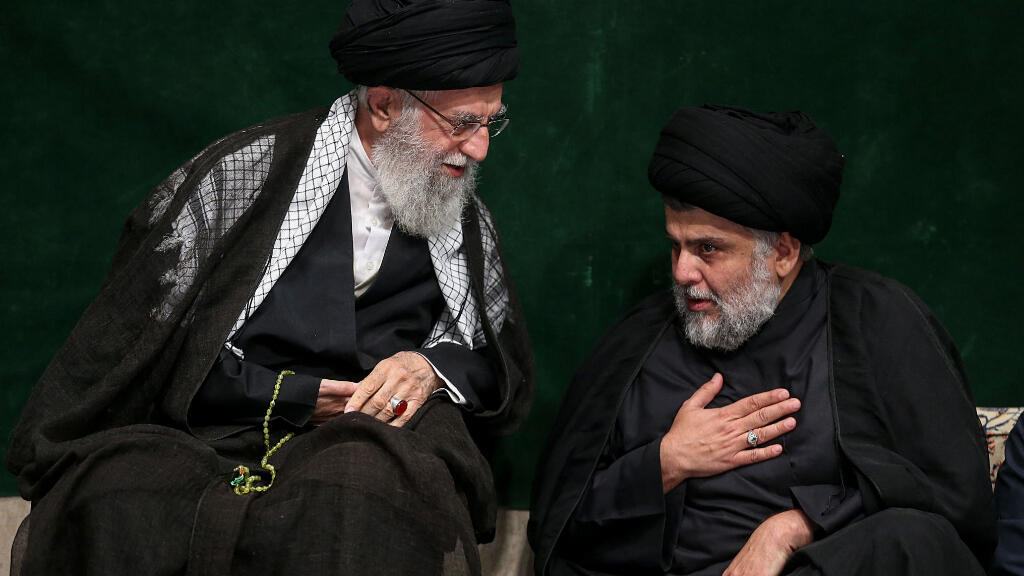El ayatolá iraní Ali Khamenei (izquierda) habla el 10 de septiembre de 2019 con el clérigo chiita y político iraquí Muqtada al-Sadr.