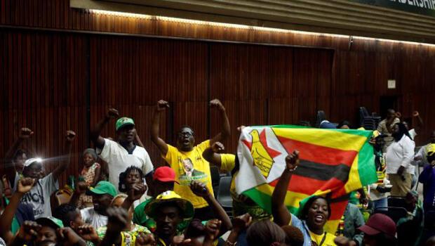 Simpatizantes del partido de gobierno reaccionaron con alegría luego de conocerse la sentencia del Tribunal Constitucional el 24 de agosto de 2018,
