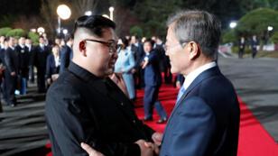 Moon Jae-in y Kim Jong-un se despiden tras la cumbre intercoreana en Panmunjom. 27 de abril de 2018.