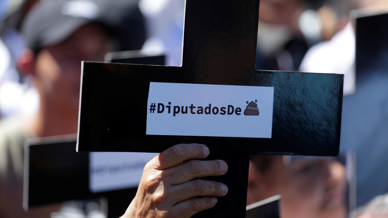 Simpatizantes del presidente salvadoreño Nayib Bukele protestan este domingo en las afueras del Congreso para exigir a los diputados que aprueben un préstamo para seguridad pública, en San Salvador, el 16 de febrero de 2020.