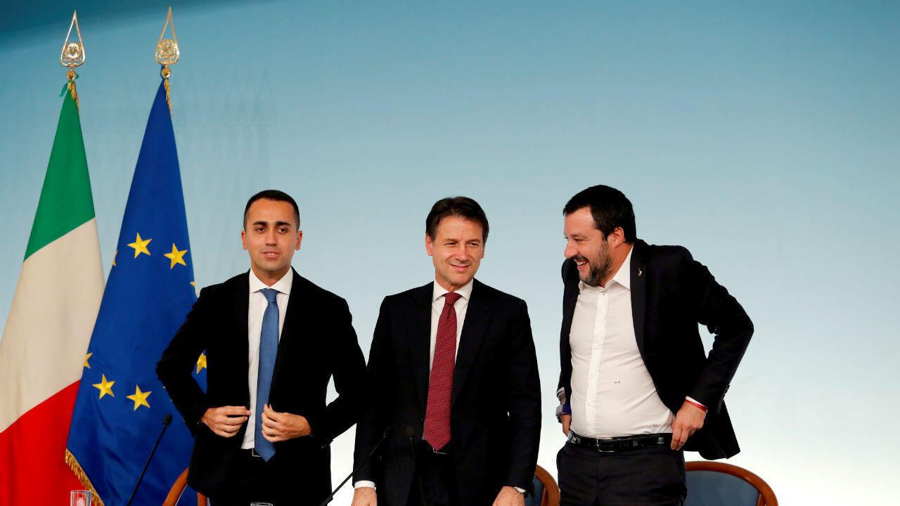 El vicepresidente del Consejo de Ministros Luigi Di Maio, el Primer Ministro Giuseppe Conte y el Ministro del Interior, Matteo Salvini, se van al final de una conferencia de prensa después de una reunión de gabinete en el Palacio Chigi en Roma. Foto archivo del 20 de octubre de 2018.