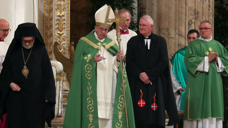 El papa Francisco deja la Basílica de San Pablo Extramuros después de las vísperas, que marcan el inicio de la Semana de Oración por la Unidad de los Cristianos, en Roma, Italia, el 18 de enero de 2019.