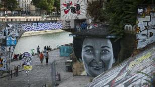 Un portrait de Simone Veil, qui a légalisé l'avortement, sur un mur de Paris, le 29 juillet 2017.