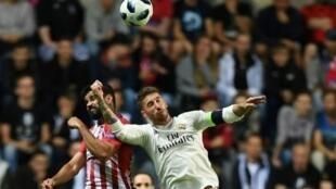 دييغو كوستا يتخطى سيرخيو راموس في نهائي كأس السوبر الأوروبية في تالين 15 آب/أغسطس 2018.