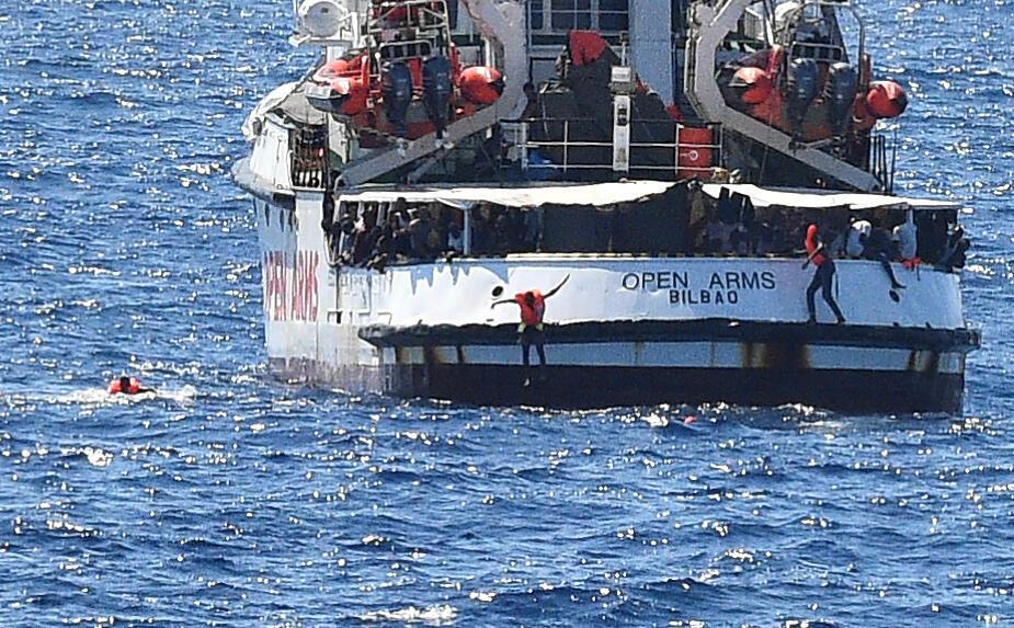 """مهاجرون على متن سفينة """"أوبن آرمز"""" قبالة سواحل لامبيدوزا الإيطالية."""