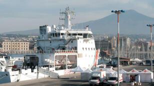 """Des migrants sauvés en mer débarquent du navire des garde-côtes italiens """"Diciotti"""", le 13 juin 2018 dans le port de Catane, en Sicile."""