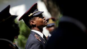 Los miembros de las Fuerzas Armadas de Haití (FAD'H) permanecen en formación durante una ceremonia para establecer el Estado Mayor Conjunto del ejército en Puerto Príncipe, Haití, el 27 de marzo de 2018