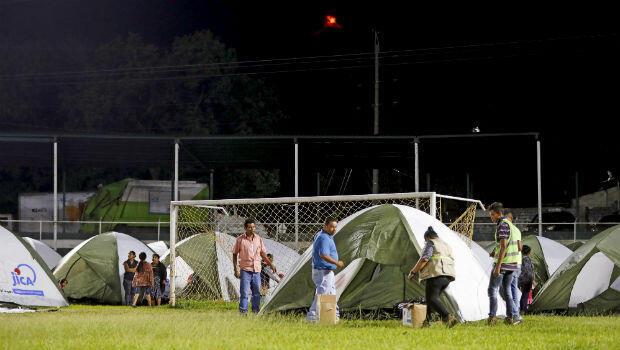 Cientos de guatemaltecos fueron evacuados al estadio Armando Barillas de Escuintla tras la erupción del Volcán de Fuego. 19 de noviembre de 2018.