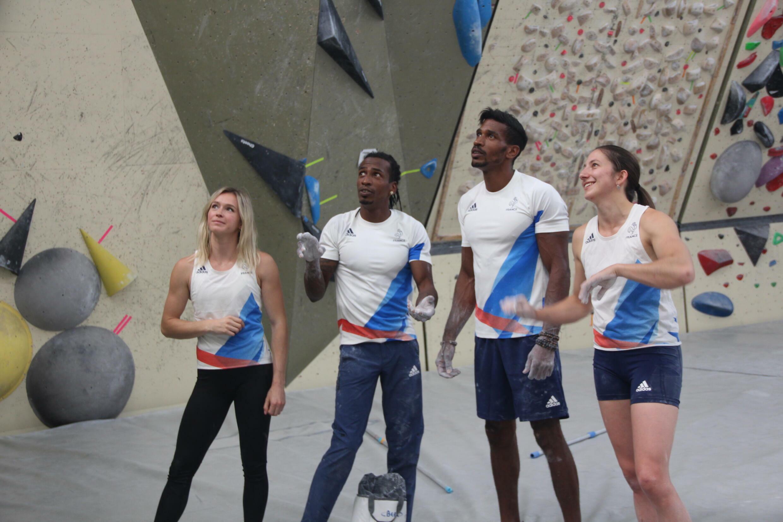 L'équipe de France d'escalade réfléchissent ensemble à la meilleure manière d'aborder un mur.