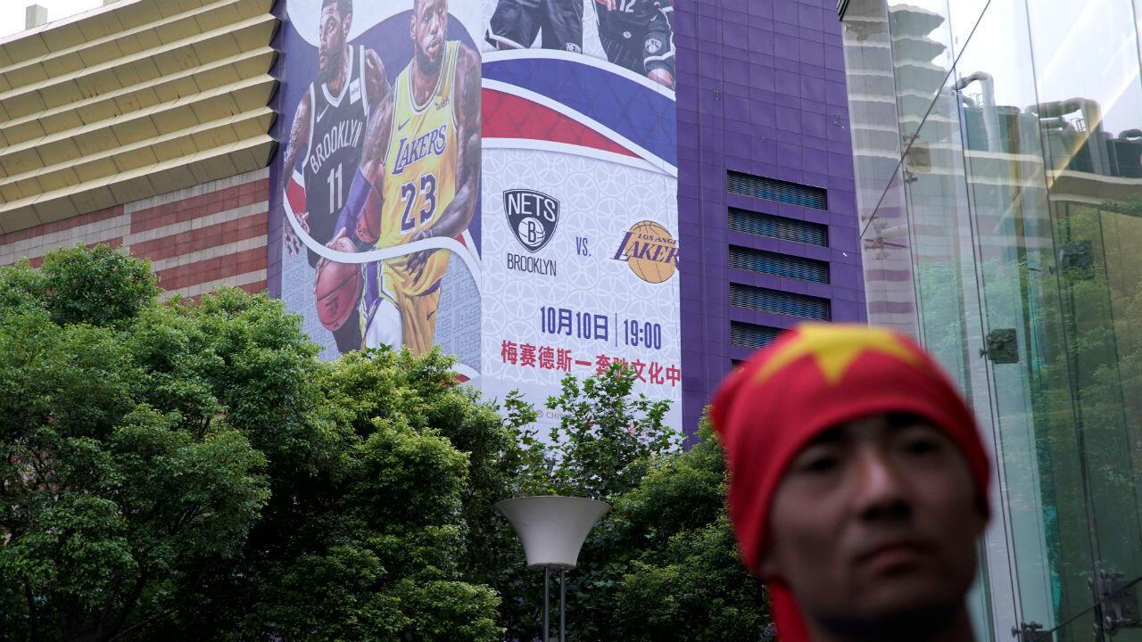 Un panneau de promotion pour un match de la NBA a Shanghaï en partie retiré